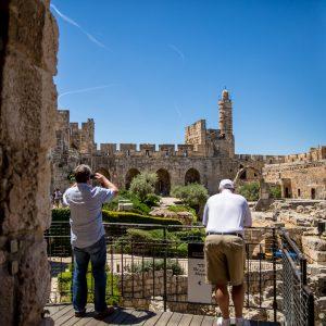 שני גברים אל מול חומות ירושלים