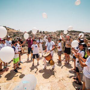 טיול בר מצווה עם הפרחת בלונים בעיר דוד ירושלים