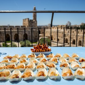 ארוחת צהריים קטנה אל מול חומות ירושלים