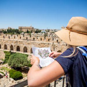 אישה מביטה בנוף של חומות ירושלים ביום גיבוש לעובדים