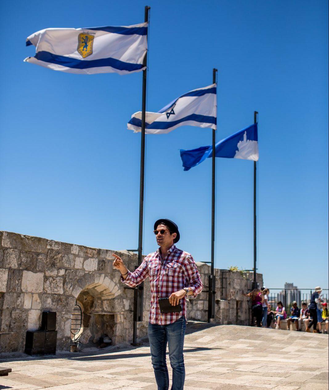 ארז בסיור מודרך בירושלים על חומות העיר העתיקה