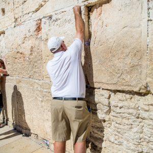 איש שם פתק בכותל בירושלים