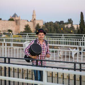 ארז לנדאו מדריך טיולים בכיר ומפיק ראשי מחזיק דרבוקה לקראת מופע