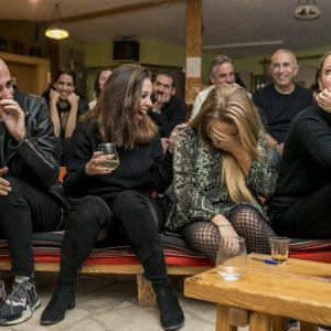 אנשים צוחקים ביום גיבוש עובדים באירוע ערב