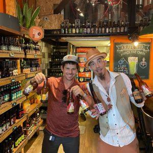 ארז לנדאו מדריך טיולים בכיר יחד עם שוקי בשוק מחנה יהודה ירושלים